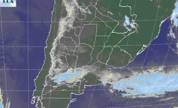 En la foto satelital se aprecian las coberturas de nubes bajas que transitan por la franja central y que también se presentan en gran parte del NOA.