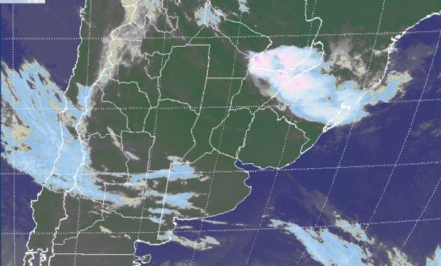 La foto satelital muestra el avance de algunas nubes desde el oeste, las cuales serán reducidas o desorganizadas a mediada que progresen.