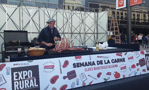 """Lisandro """"Chano"""" María, asador oriundo de Viale, Entre Ríos, inauguró la cocina show el jueves 20."""