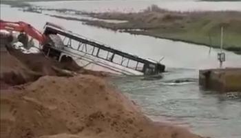 Video: con un colectivo buscan frenar el avance del agua