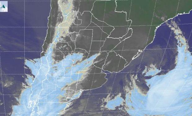 Puede observarse ya internado sobre el atlántico y en proceso de oclusión, el sistema de baja presión responsable de las condiciones de mal tiempo.