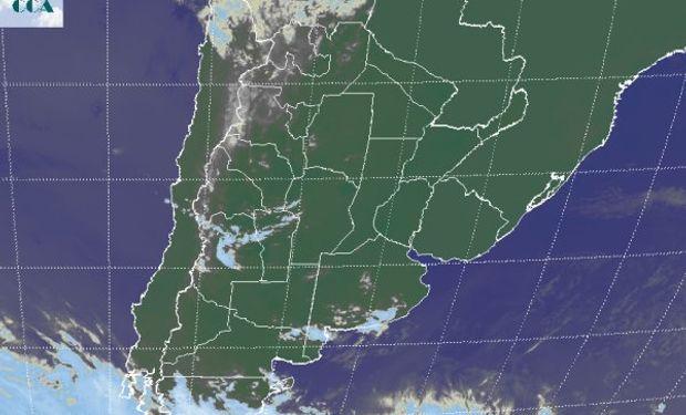 La foto satelital presenta una vasta zona de cielos despejados sobre el sudeste de Sudamérica.