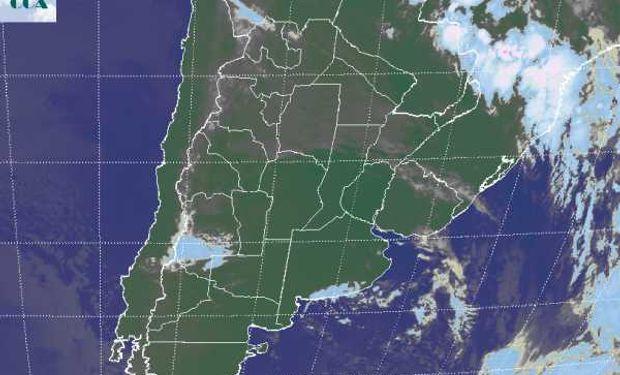 La foto satelital evidencia el vasto despliegue de cielos despejados en gran parte de la región pampeana.