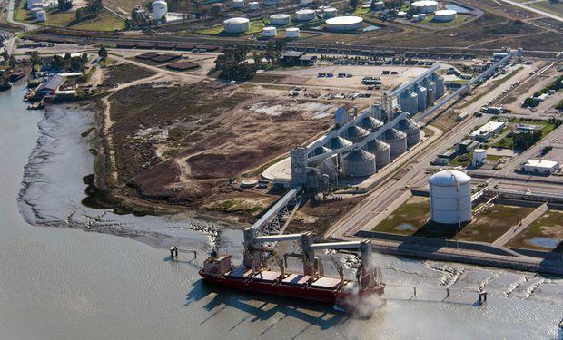 """En los puertos hay """"desorientación"""" y un gremio amenaza con un paro total de actividades"""