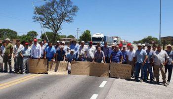"""""""Otra vez a las rutas"""": por los problemas de circulación, productores cortan por tiempo indeterminado la Ruta Nº 9"""
