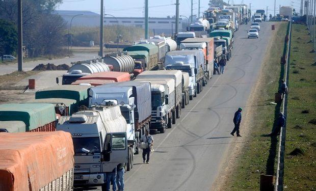 Producto de la cosecha gruesa se generan largas filas de espera a la vera de la ruta.