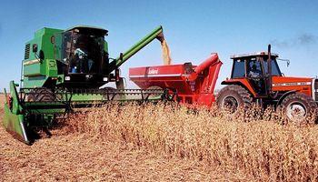 Capacitan a trabajadores rurales en el manejo de cosechadora y extractora de granos de silobolsa
