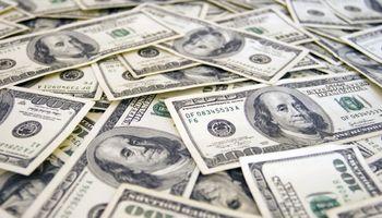 El dólar registró su primera baja mensual desde el fin del cepo