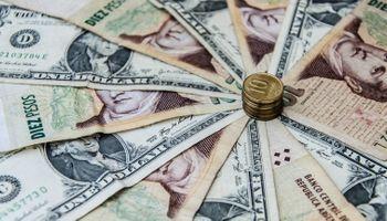 Por menos demanda, el dólar volvió a acercarse a los $15