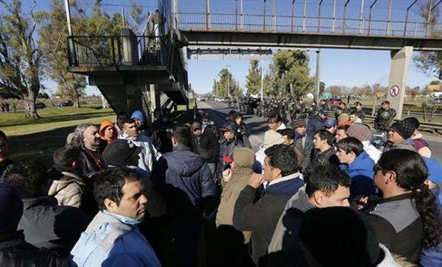 Trabajadores de Cresta Roja reclaman por cesantías.
