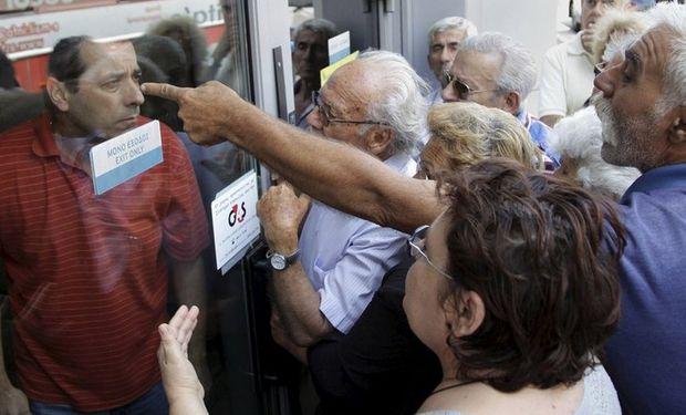 Con el corralito vigente, los jubilados griegos no pudieron cobrar ayer sus pensiones por problemas logísticos. Foto: Reuters