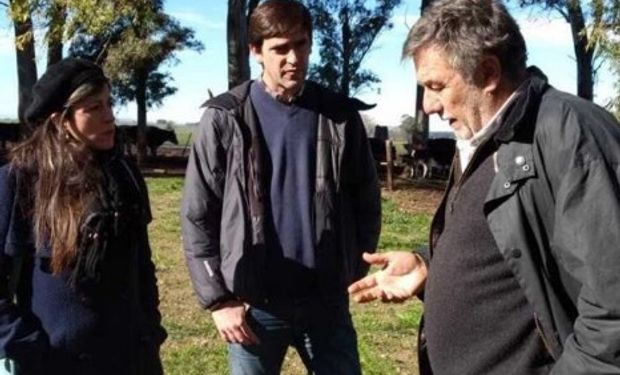 Vallejos, el candidato a concejal local Rogelio Iparraguirre y el productor Enrique Ghezan. Foto: Twitter Fernanda Vallejos.
