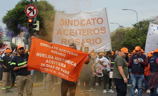 Movilización del Gremio de Aceiteros en plaza de mayo. Los piquetes en la zona del Gran Rosario afectaron a la descarga de granos.
