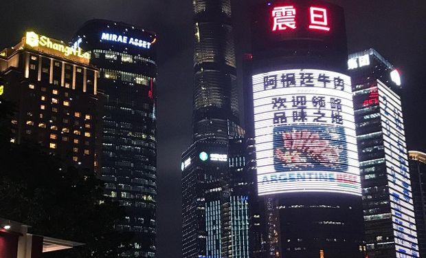 Carteles publicitarios de la carne argentina en Shangai.