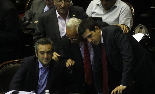 Recalde y De Pedro, anoche, en Diputados, durante el debate del Código. La única aplicación inmediata es la creación de 1.650 cargos. Foto: DyN.