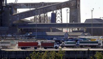 Conflictos gremiales: hay demoras en la descarga de camiones