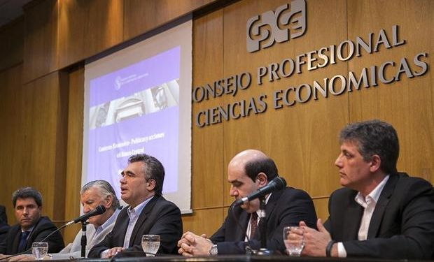 Gioja y Vanoli, ayer en San Juan, en una presentación ante el Consejo Profesional de Ciencias Económicas.Foto:Télam