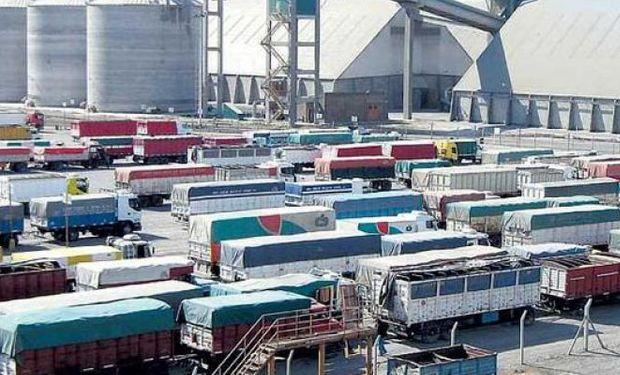 El Ministerio de Transporte implementará un sistema de turnos digital para ordenar la descarga de camiones en los puertos.