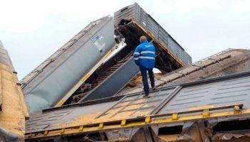 Impactante descarrilamiento de un tren que transportaba soja
