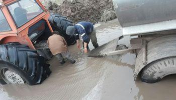 Daireaux: así intentan sacar la leche por los caminos inundados