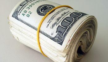Dólar: el oficial trepó fuerte mientras el blue amagó con una suba pero anotó otra baja