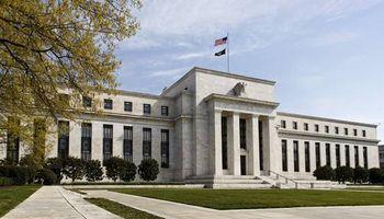 Signos de debilidad en Estados Unidos frenan el alza del dólar