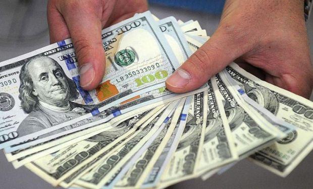 El dólar vuelve a caer en el segmento mayorista.