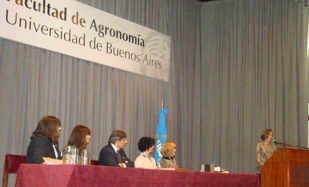Entre las autoridades presentes se encontraba el Decano de la Facultad, Rodolfo Golluscio, y su equipo de trabajo.