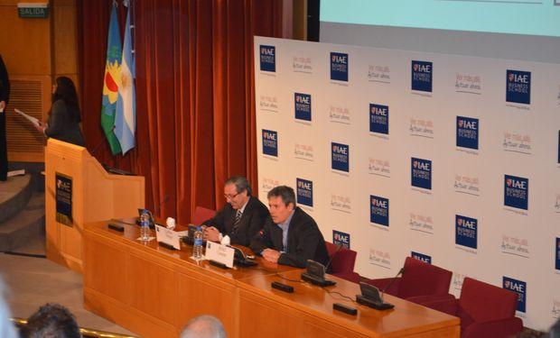 De izquierda a derecha: Carlos Steiger (moderador) y Ariel Casarín