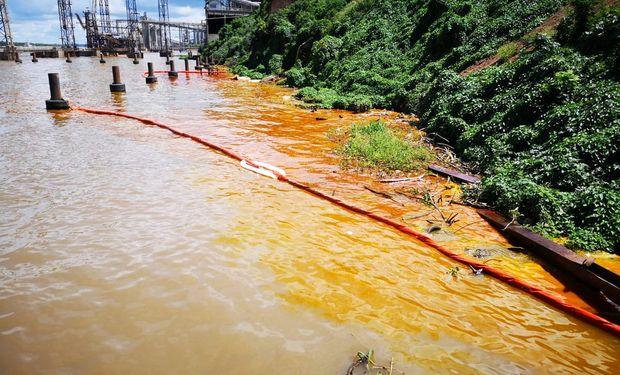 El derrame, que aseguran que no es contaminante, ya fue contenido.