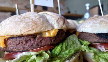 Lanzan la primera hamburguesa vegetal de Argentina que simula ser carne