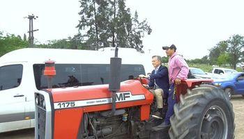 Video: Macri llegó a un encuentro con productores manejando un tractor