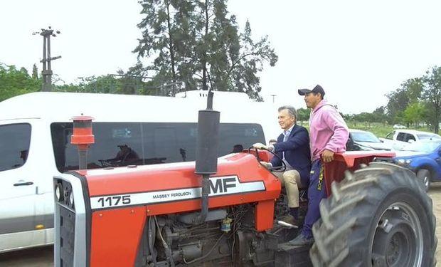 Macri manejando un tractor en Chaco.