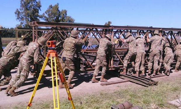 Efectivos del Ejército ayudaron a construir un puente Bailey para ayudar a los locales afectados por las inundaciones. Foto: Ministerio de Defensa.