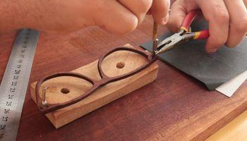 Creó su marca de anteojos de madera, la transformó en cooperativa y le da trabajo a comunidades rurales