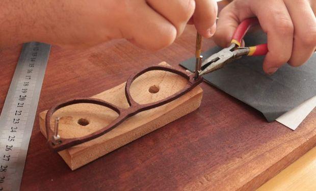 Atemporal Coop es una marca de lentes de madera producidos en conjunto con comunidades rurales del norte santafesino.
