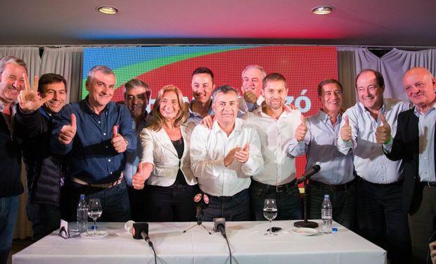 Alfredo Cornejo y Laura Montero, ayer, en el festejo de Mendoza, junto con Sanz y Morales.