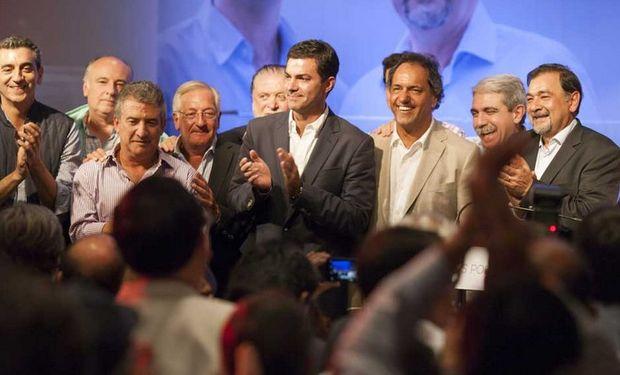 Urtubey, rodeado de los precandidatos del kirchnerismo, anoche, en el festejo del triunfo oficialista en Salta. Foto: El Tribuno de Salta