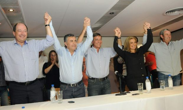 Ernesto Sanz, Alfredo Cornejo, Rodolfo Suárez, Laura Montero y Julio Cobos, anoche durante la celebración radical por el previsible triunfo en la ciudad de Mendoza.