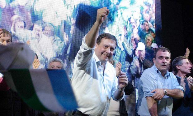 El gobernador Weretilneck se mostró efusivo ayer al anunciar su victoria por amplio margen en Río Negro. Foto: Fuente Gobernación