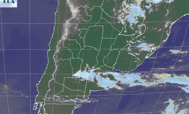 La foto satelital evidencia la posición de la zona frontal, con algunas celdas de tormenta que se despliegan en el sudeste de SL, proyectándose hacia el norte de LP.