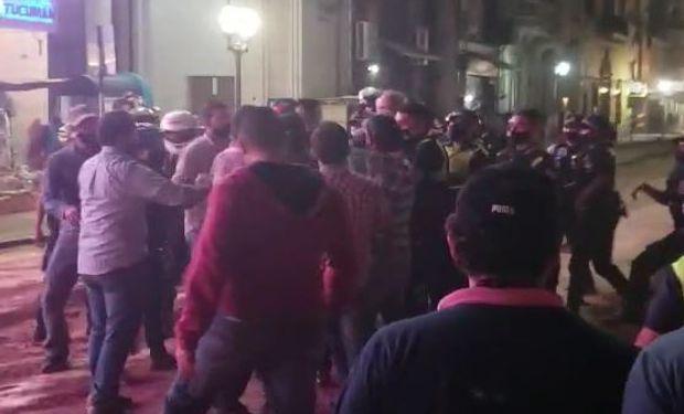 Violento enfrentamiento entre productores y la policía en Tucumán: se armó un acampe en la plaza