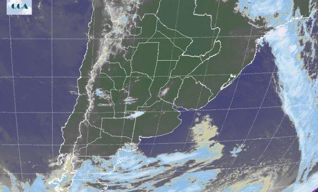 El recorte de la Imagen Satelital muestra la extensión de cielos despejados abarcando también la zona agrícola del sur de Brasil y Paraguay.