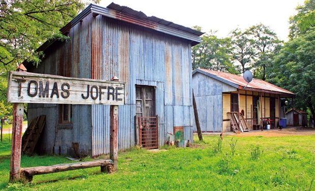 Tomas Jofré se ubica a 100 kilómetros de Ciudad de Buenos Aires.