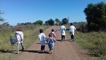 Tareas en tranqueras y en bolsones: cómo se las ingenian los docentes rurales para enseñar