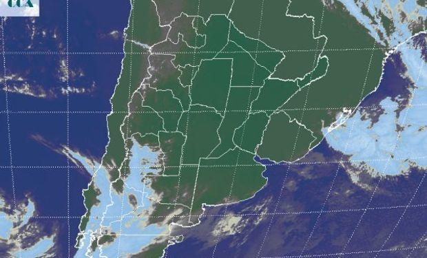 La foto satelital no permite apreciar la cobertura de nieblas, dado que estas nubes están pegadas a la superficie.