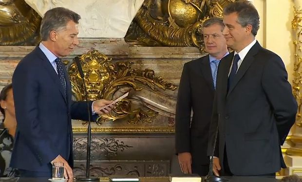 El Presidente les tomó juramento a los nuevos ministros.