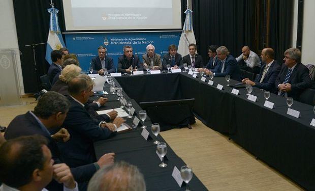 Etchevehere, ministro de Agroindustria, encabezó el encuentro de la mesa pesquera.