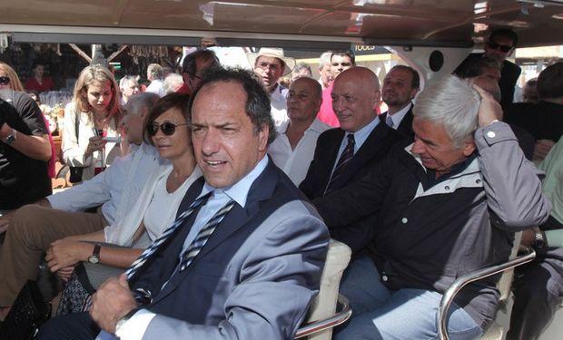 Los gobernadores Scioli, De la Sota y Bonfatti recorrieron la exposición en uno de los vehículos dispuestos por la organización.