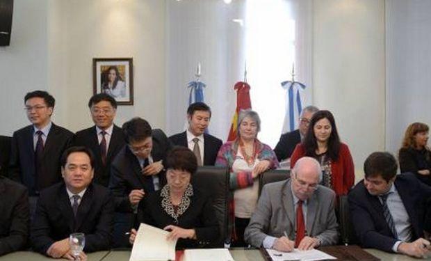 Carlos Casamiquela firmó con la viceministra de China, Zhang Qinrong, protocolo para exportación de fardos de alfalfa.